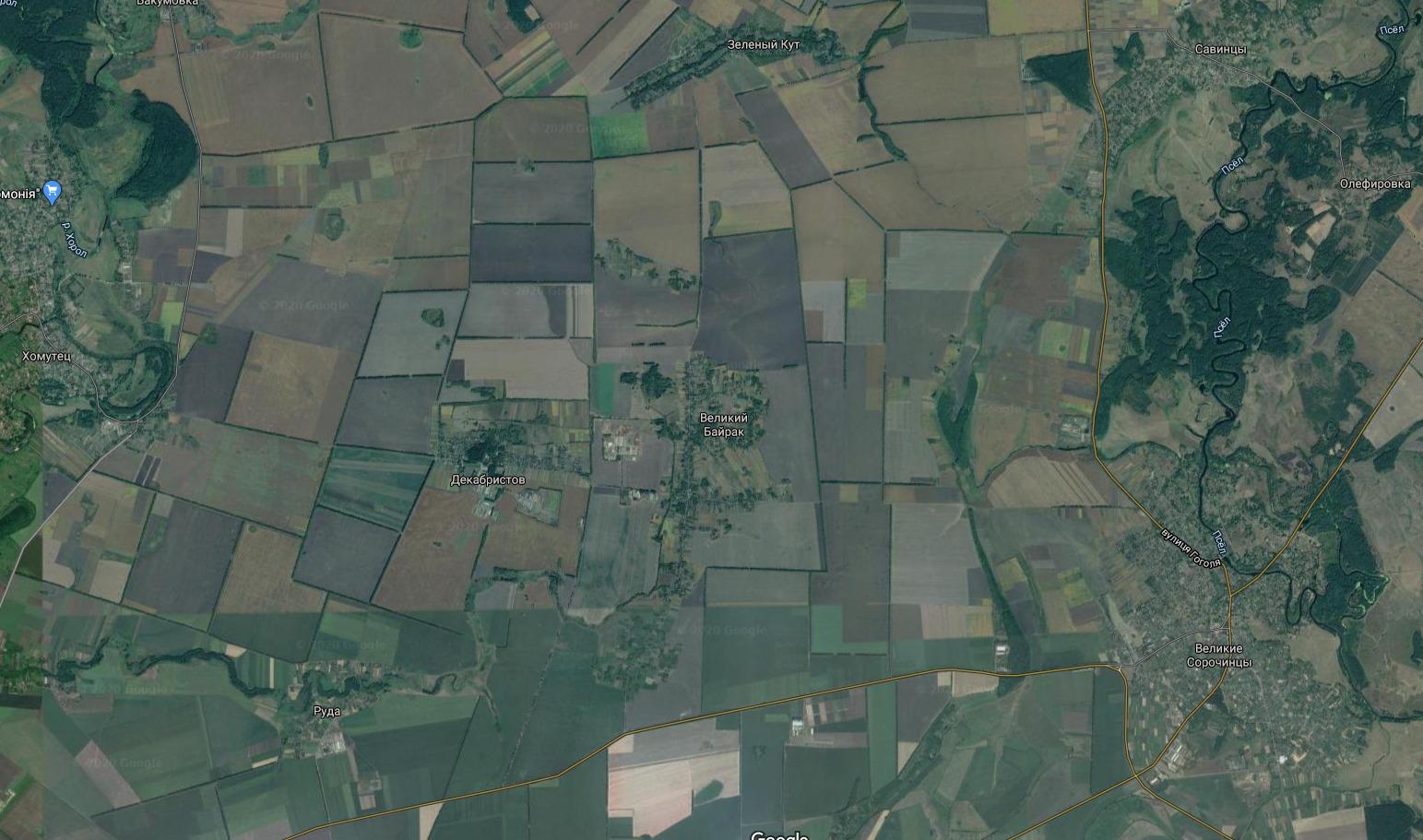 Судячи із супутникових знімків Google, село Великий Байрак оточене полями