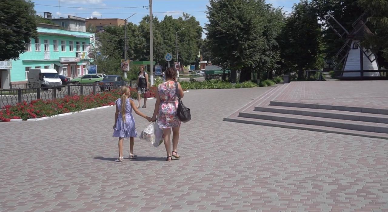 Центр Хоролу повністю перекладений тротуарною плиткою