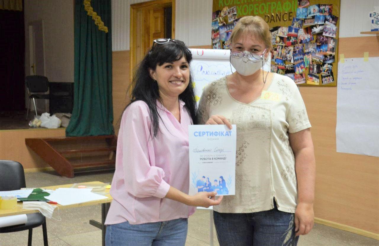 Вручення сертифікатів після проведення тренінгу в Абазівці