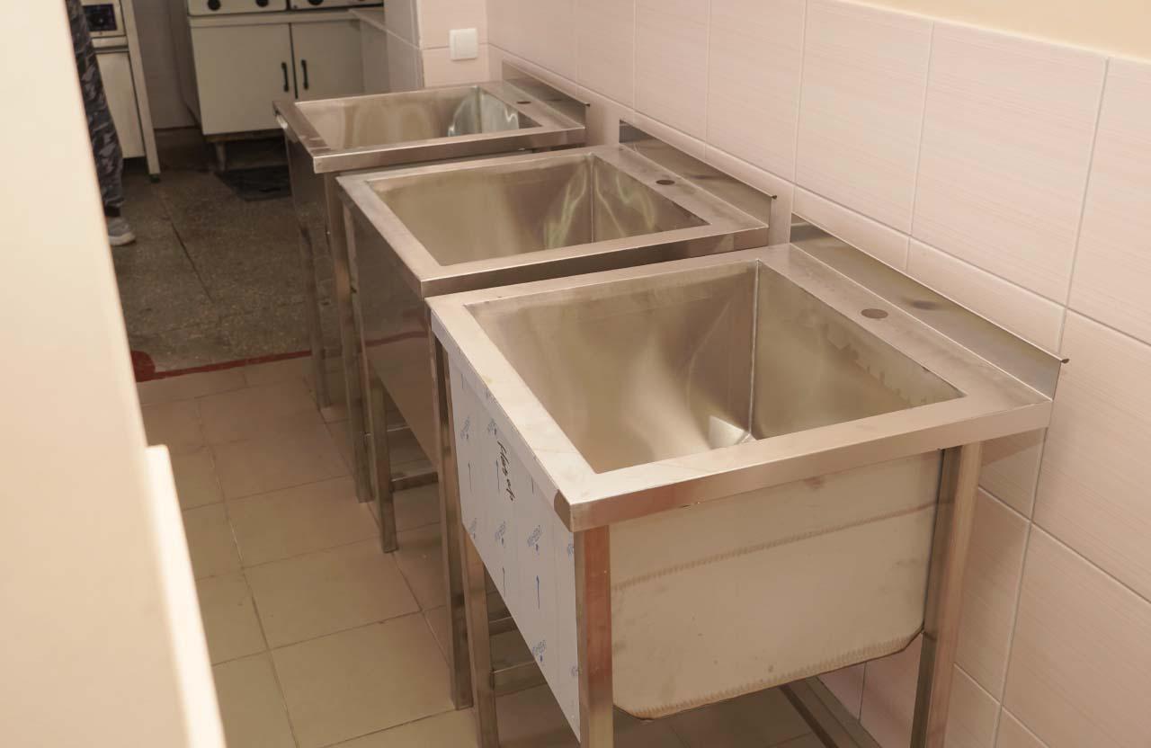 На кухні встановили сучасні мийки з нержавіючої сталі