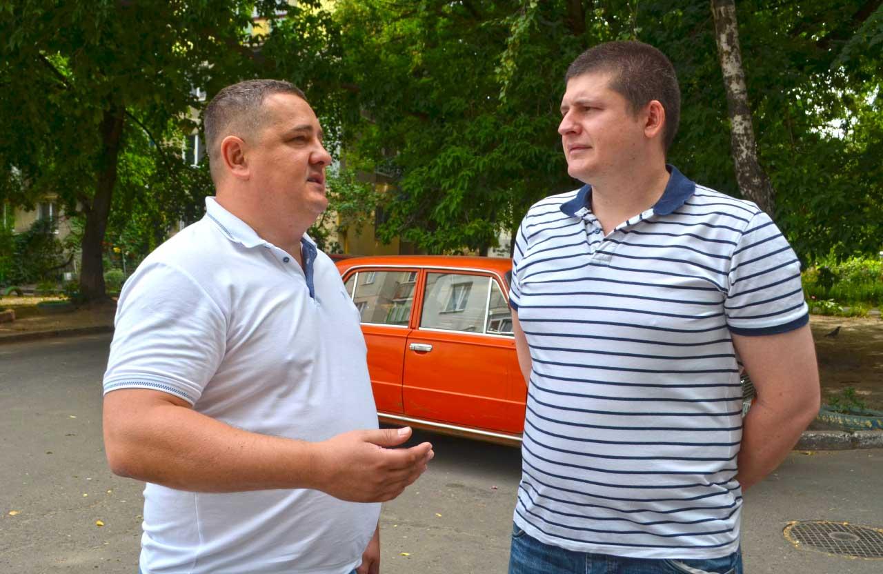 Представник Команди Матковського Андрій Лямін спілкується з Костянтином Горбом