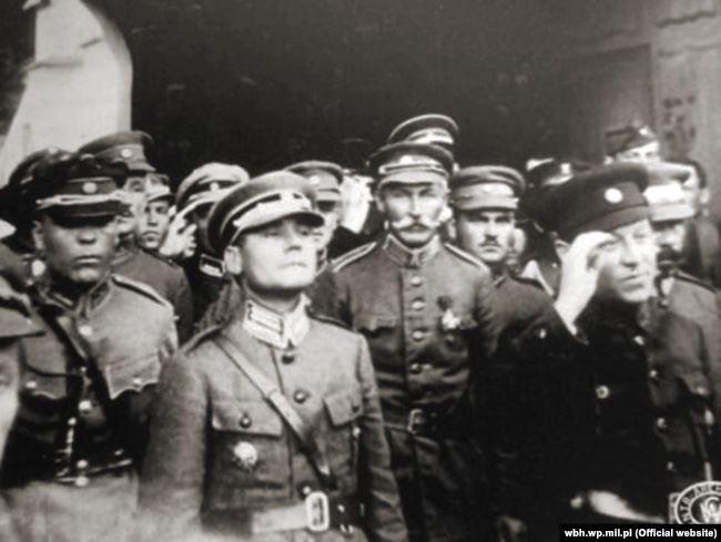 Головний отаман Симон Петлюра (праворуч) та офіцери Армії УНР. На передньому плані полковник Марко Безручко (другий зліва). Київ, 1920 рік