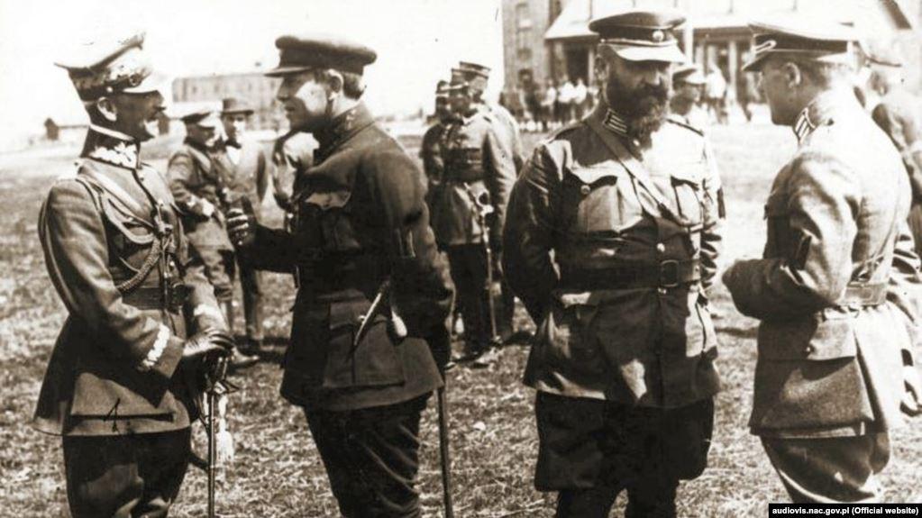 Командувач 2-ї польської армії генерал Лістовський, головний отаман Петлюра та полковники українського війська Сальський і Марко Безручко під час війни із більшовицькою Росією. Бердичів, 1920 рік