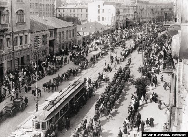 Українські і польські війська в Києві на Хрещатику після звільнення міста від більшовиків, 7 травня 1920 року