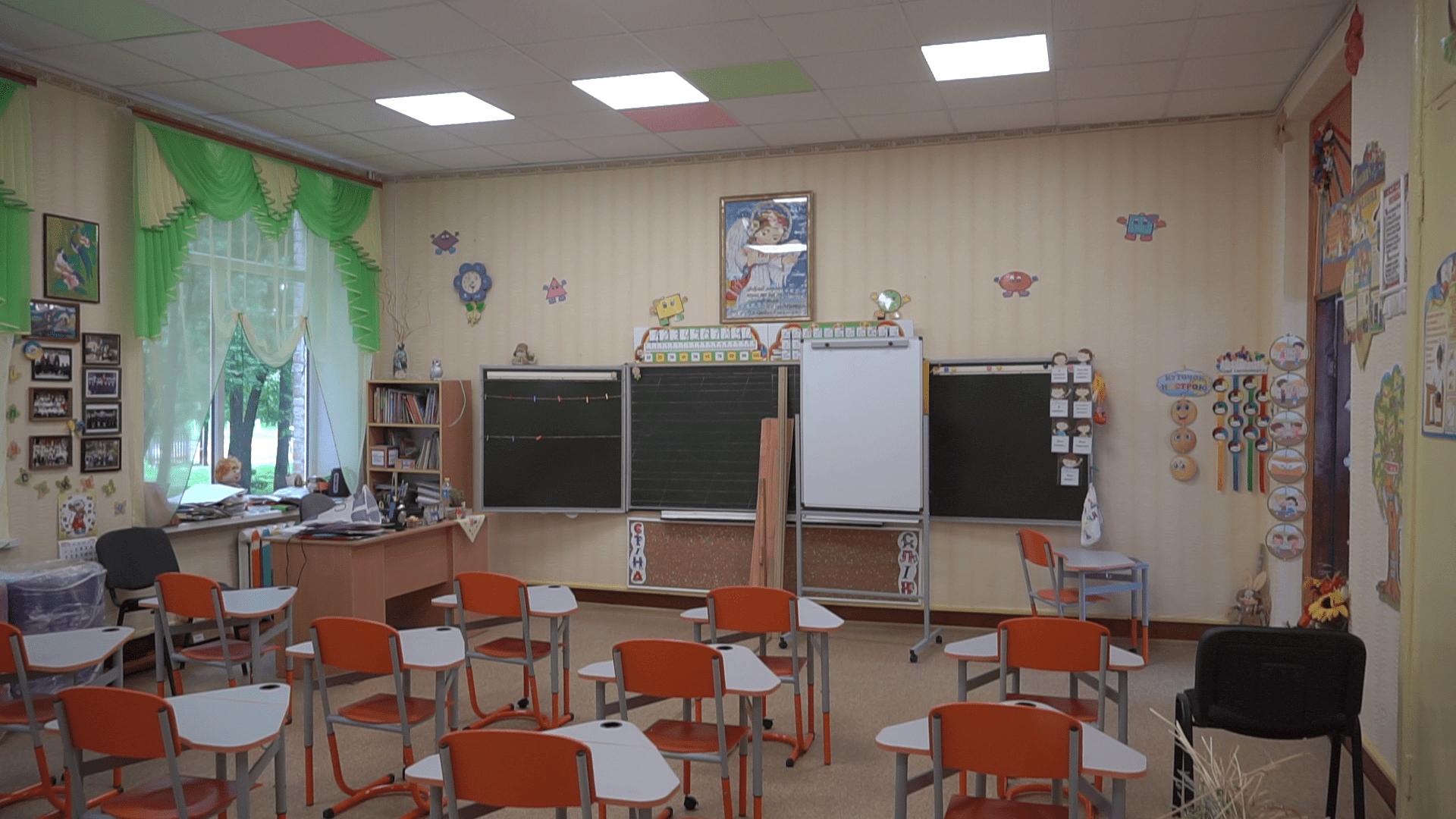 Голова Коломацької ОТГ Євген Почечун допоміг замінити підлогу та стелю в молодших класах