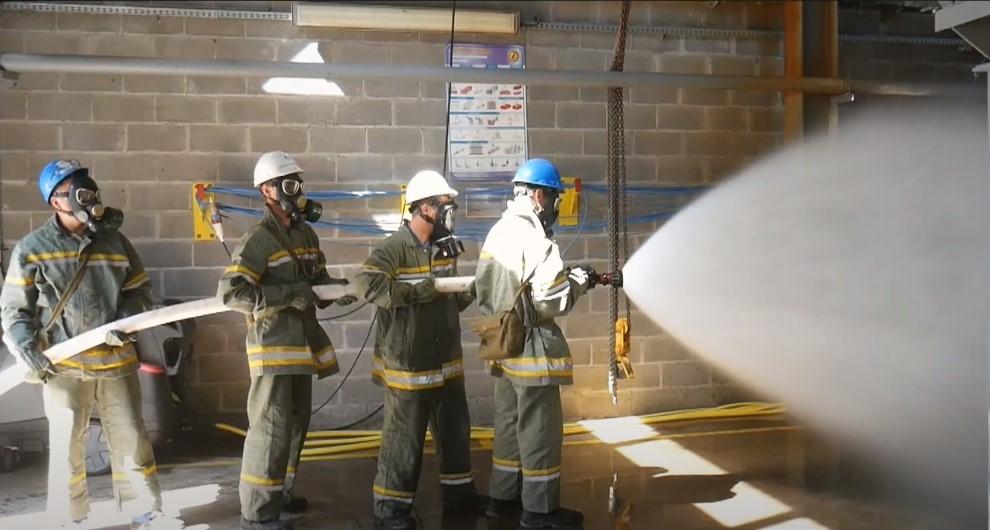 Пожежна дружина гасить вогонь, надає людям первинні засоби пожежогасіння