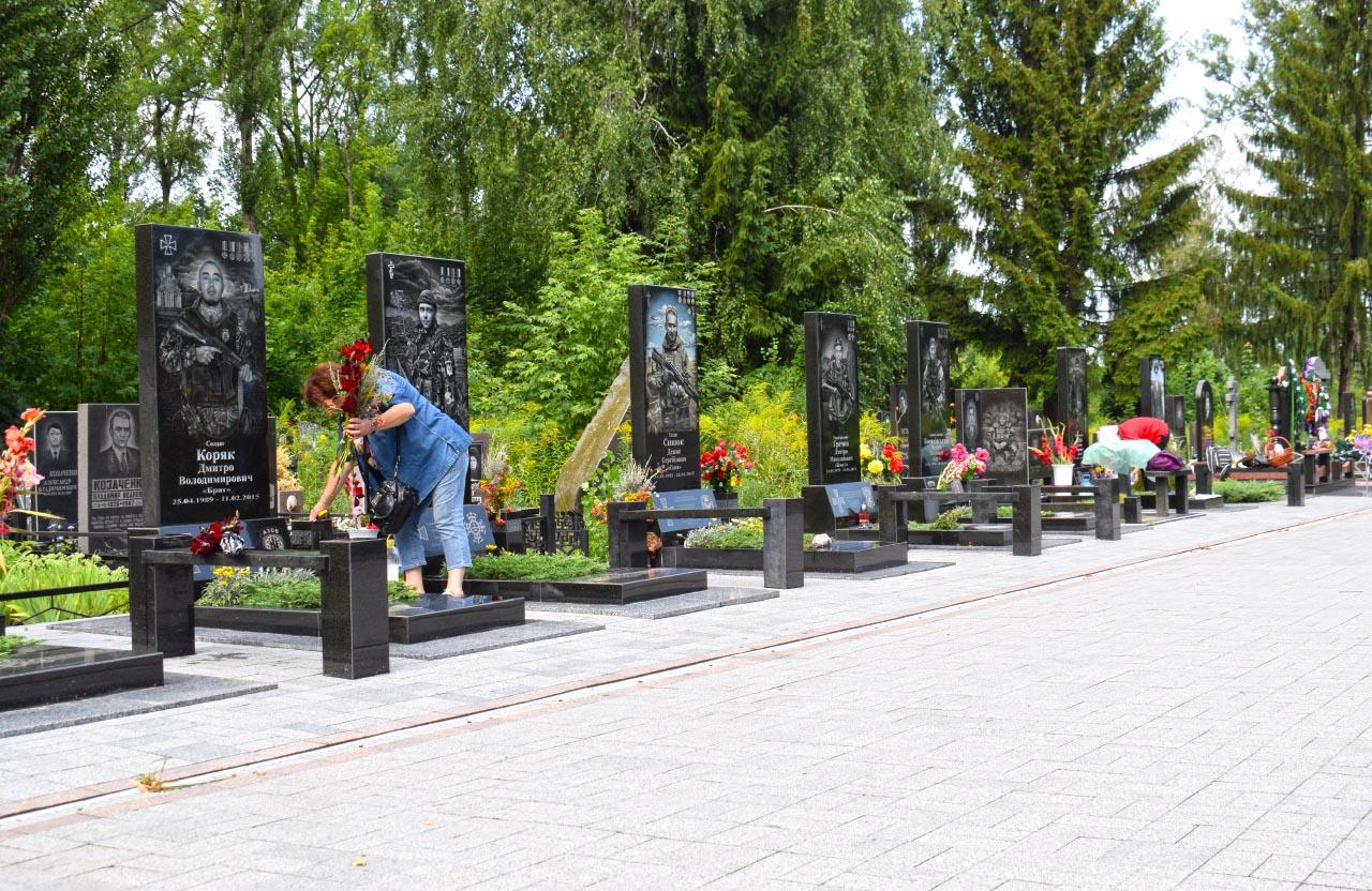 Алея Героїв на центральному кладовищі Полтави