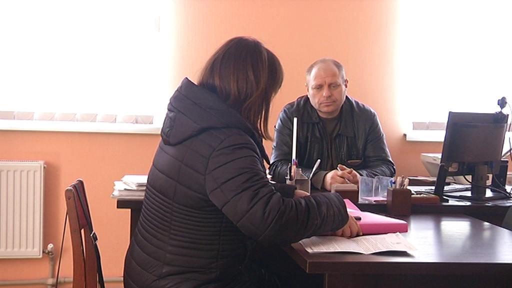 Анатолій Троян спілкується зі слідчою