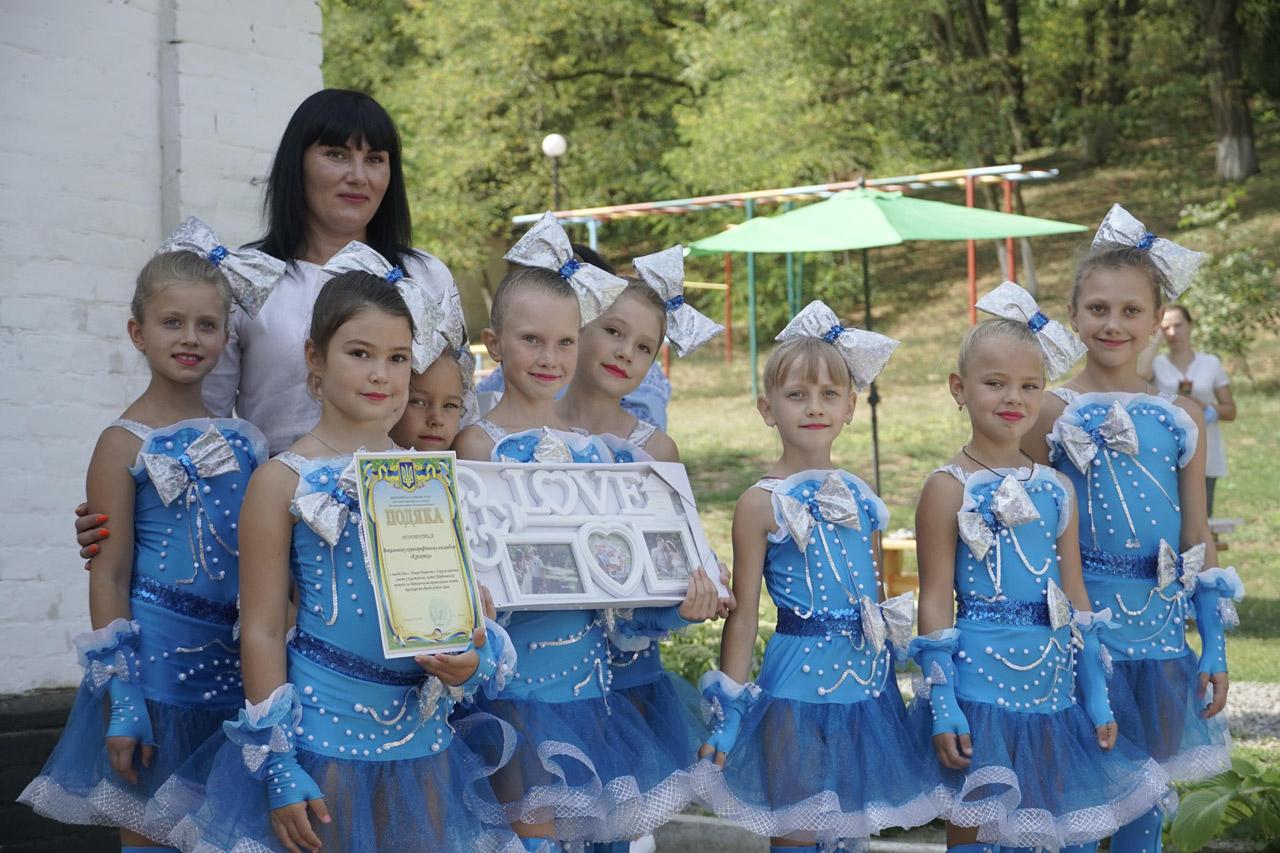 Ансамбль «Крихітка» і директор Центру дозвілля «Водограй» Анна Овчаренко-min