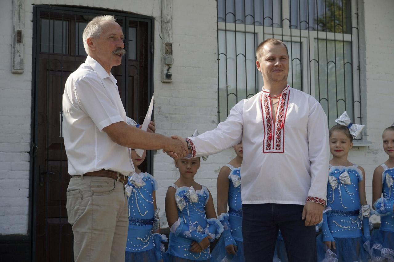 Голова Щербанівської ОТГ Ігор Процик нагороджує мешканців, які внесли значний вклад у розвиток культури громади-min