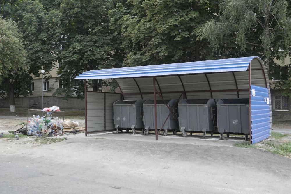 У Розсошенцях встановлено декілька комплексів сміттєвих баків з перекриттям