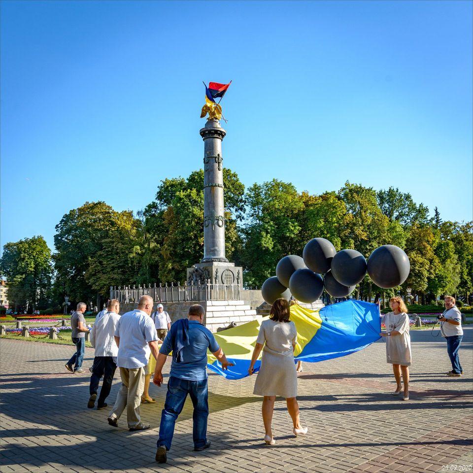 Учасники марафону пам'яті запускають в небо український стяг