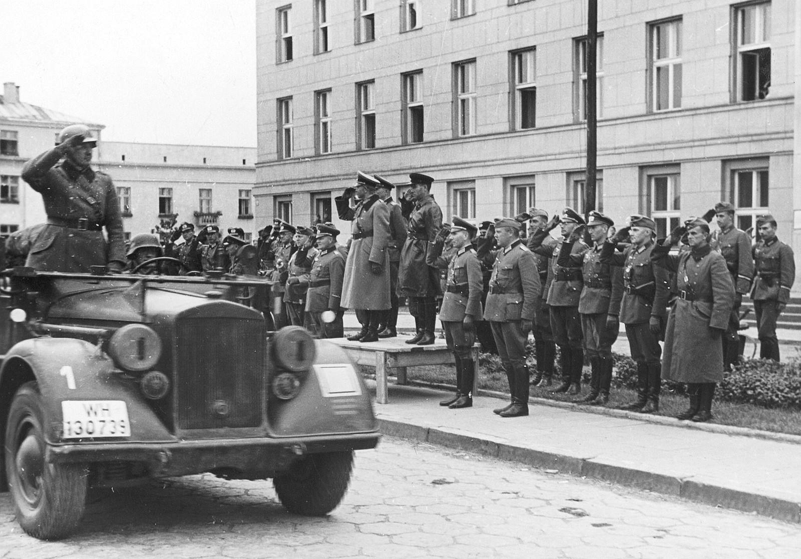 Генерал Гудеріан і комбриг Кривошеїн приймають парад під час передачі міста Брест Червоній армії