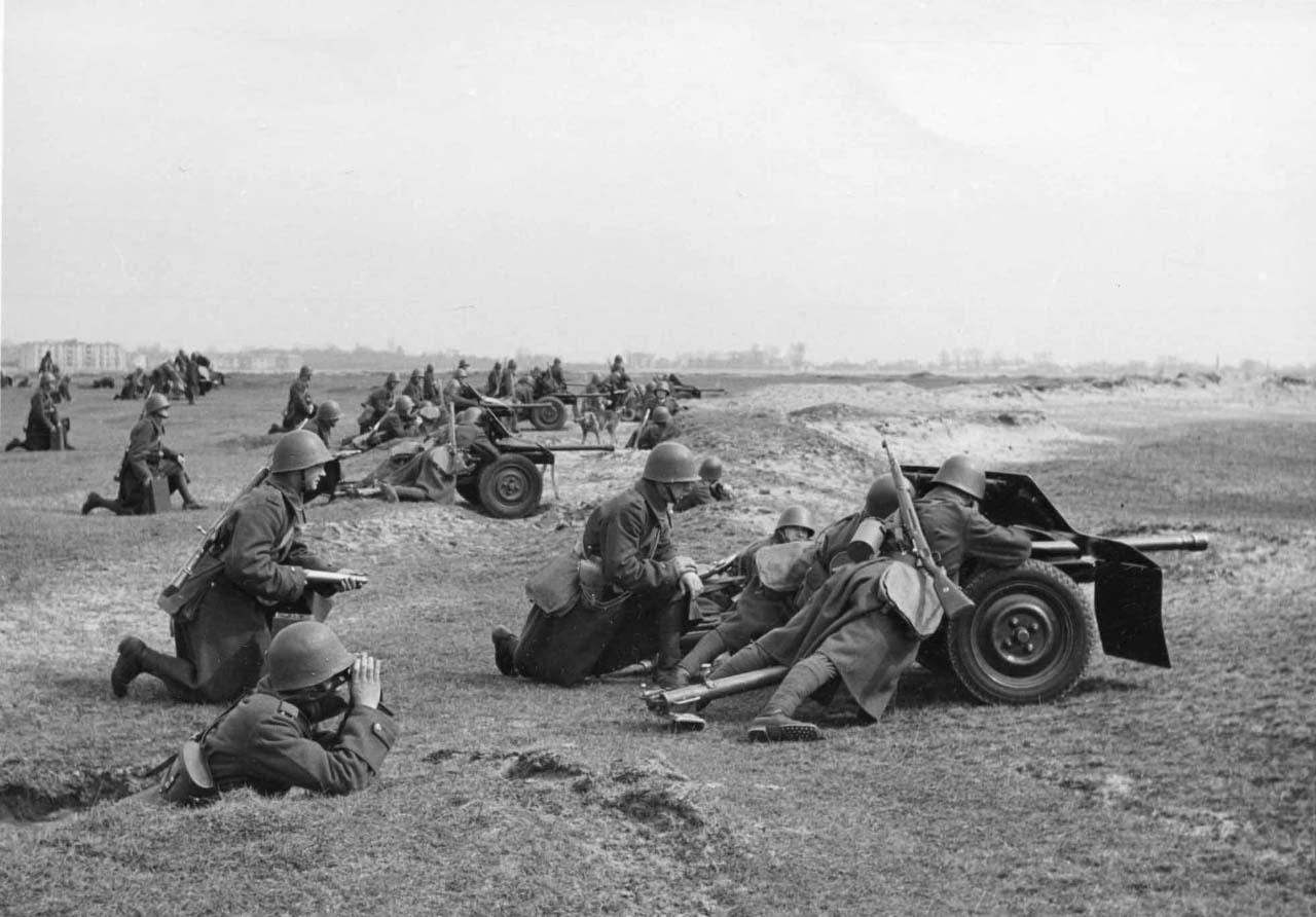 Польські артилеристи з протитанковими гарматами
