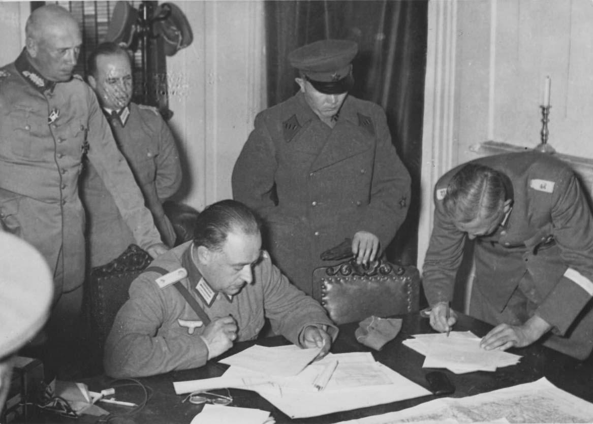 Радянські та німецькі офіцери обговорюють лінію демаркації в Польщі