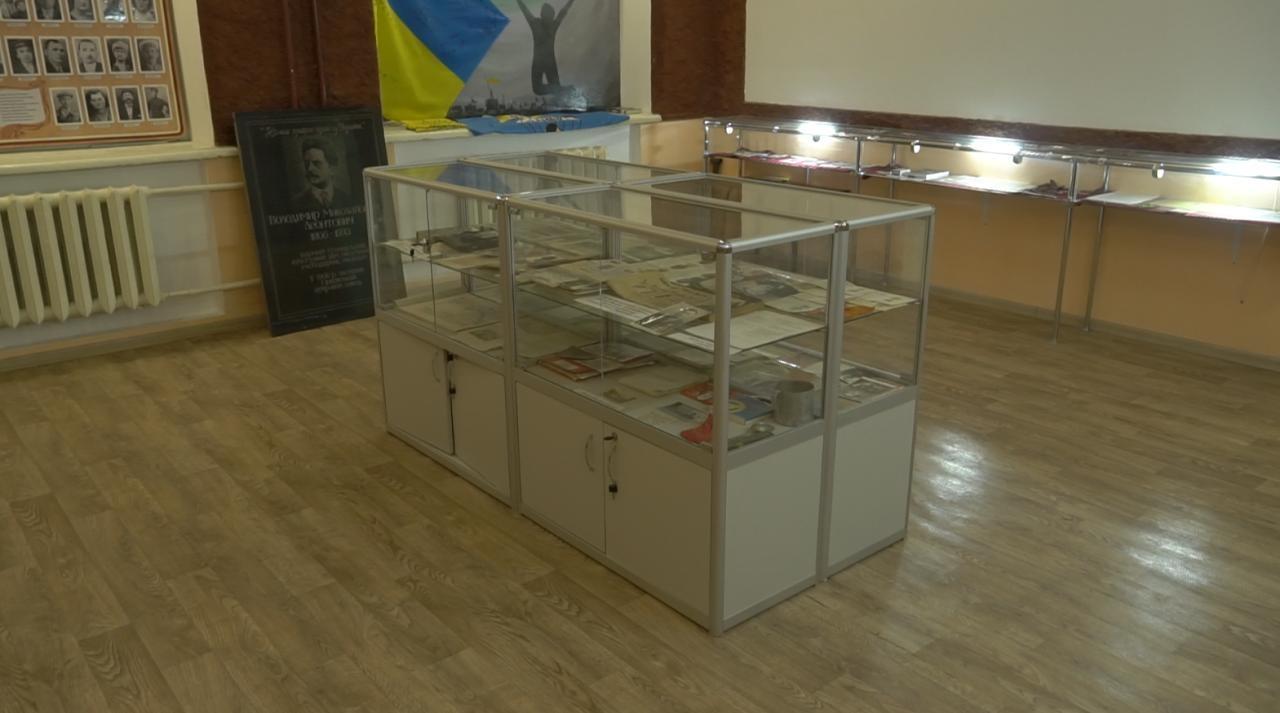 Для унікальних архівів історико-краєзнавчого музею Новооріхівського ліцею придбали вмісткий стелаж