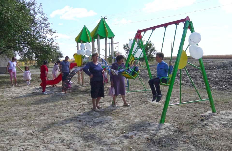 Днями у селі Валок для дітей облаштували сучасний спортивний майданчик