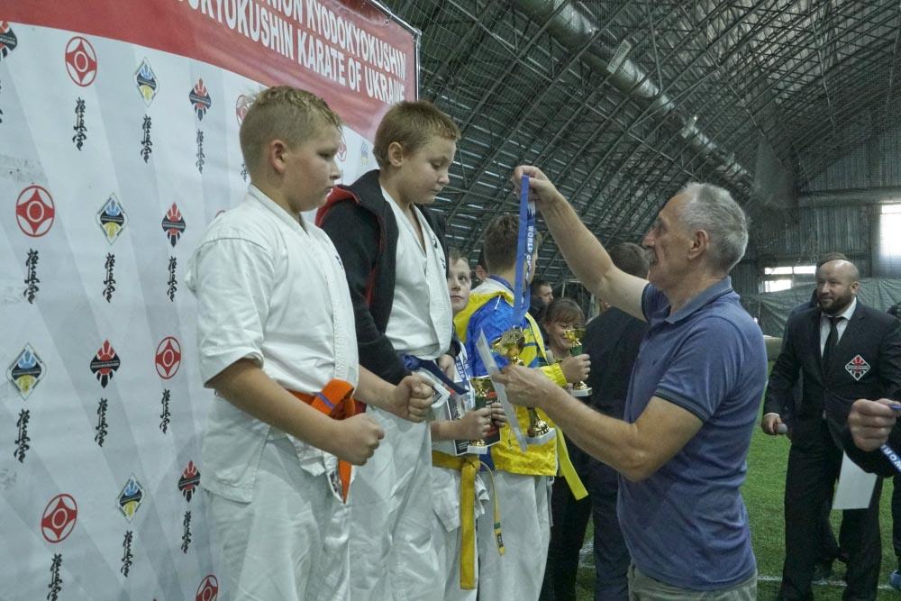 Голова Щербанівської ОТГ Ігор Процик нагороджує переможців чемпіонату