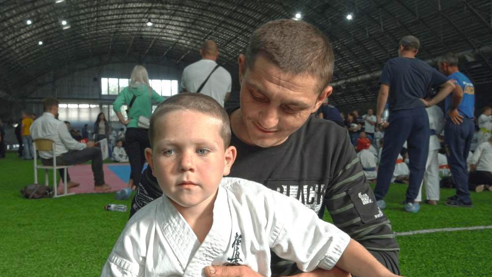 Наймолодший учасник чемпіонату п'ятирічний Кирило Лембак з батьком Віктором