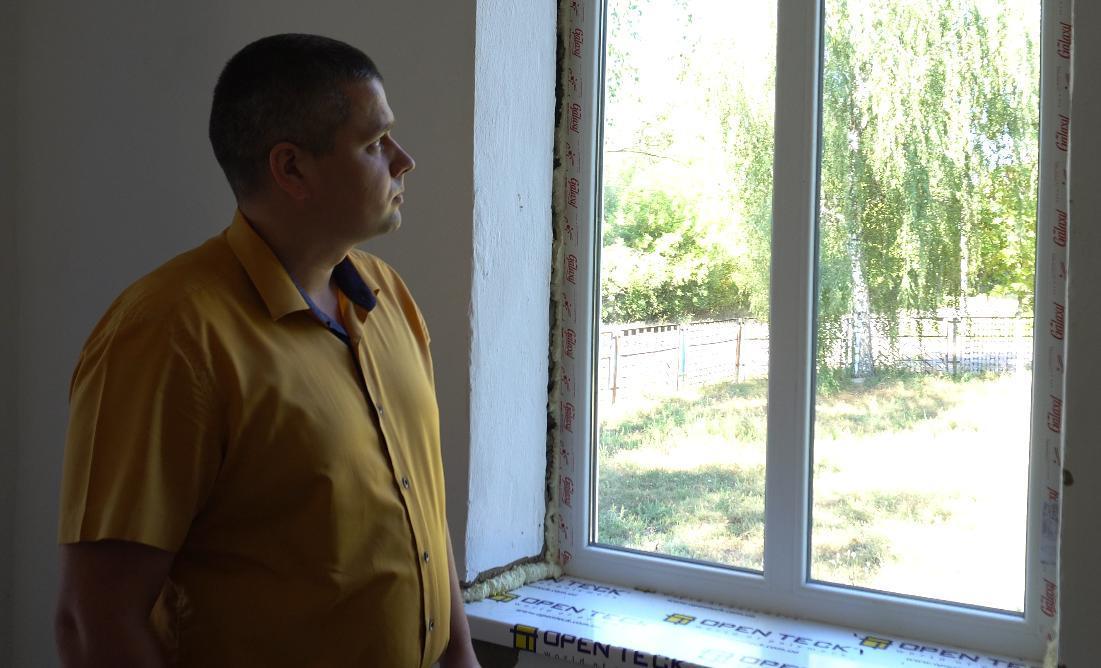 Голова Біляківської сільської ради Роман Мидловець оглядає нові вікна в амбулаторії