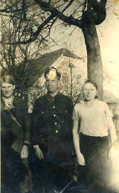 Ліворуч Катерина Шабельник (1944 рік, с. Вальтроде)