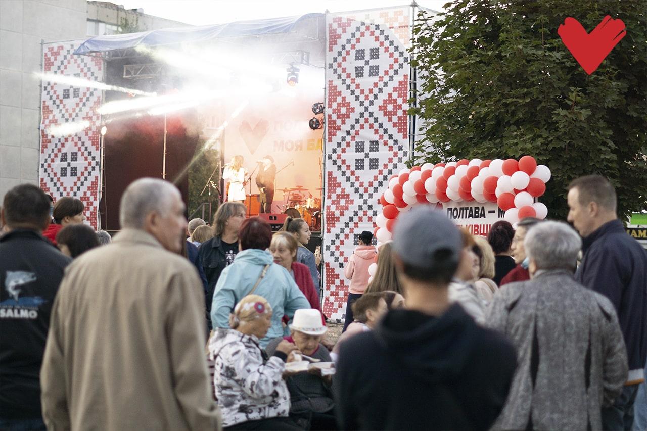 Концерти проходять на великій сцені зі світловими ефектами