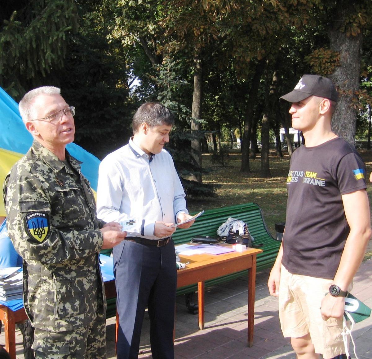 Олег Пустовгар вручає літературу УІНП