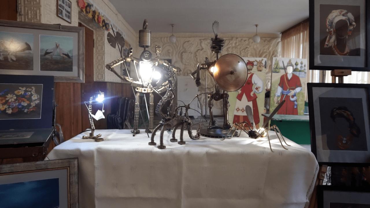 Частина експонатів виставки «Твій слід на землі» виконана з металобрухту