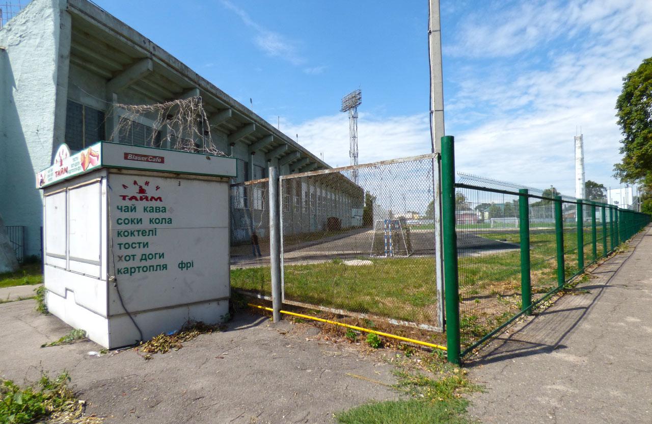 Нові спортивні майданчики побудують на вільній ділянці поблизу нового футбольного поля зі штучним покриттям