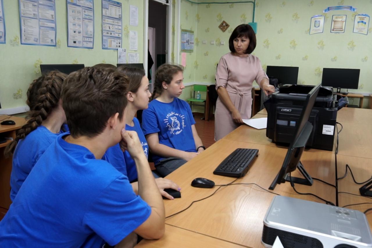 Вчителька інформатики Лютенківської школи Наталія Романенко з учасниками «Підйому»