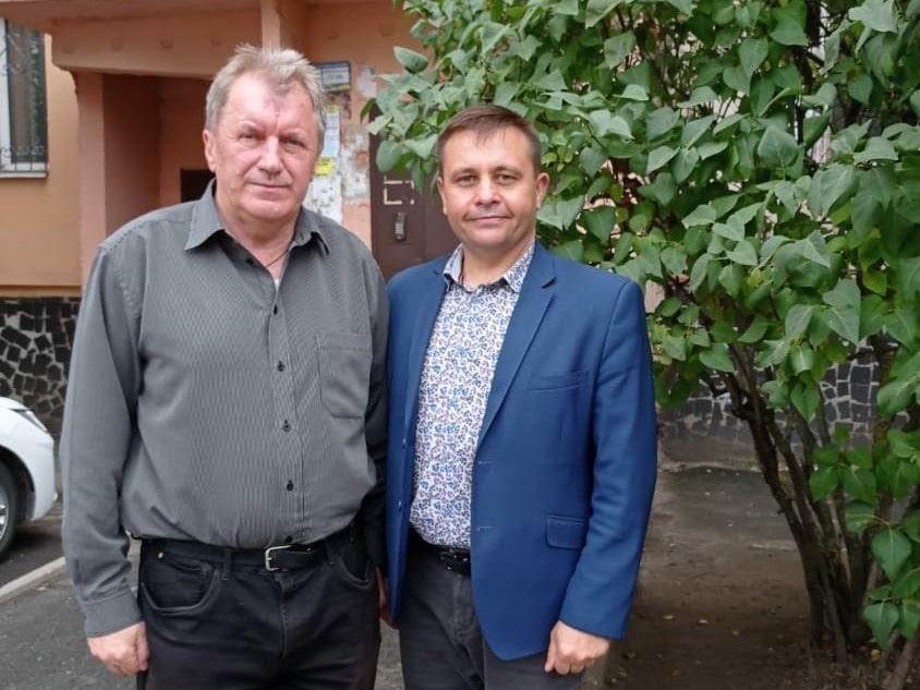 Володимир Корчака (справа) привітав вчителя-пенсіонера Василя Корнійка