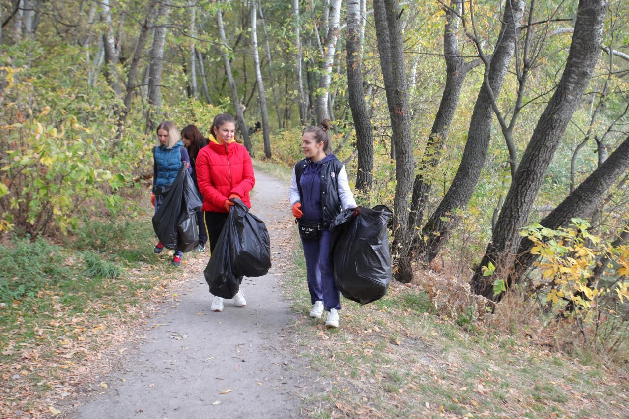 Полтавці прибирають Прирічковий парк вздовж річки Ворскла