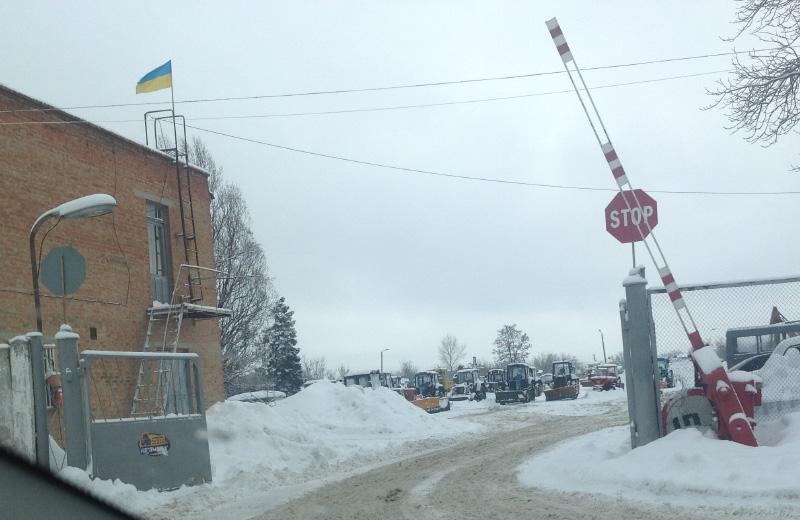 Комунальна техніка ПМШЕДу простоює під час снігопаду 2016 року, поки працюють харків'яни