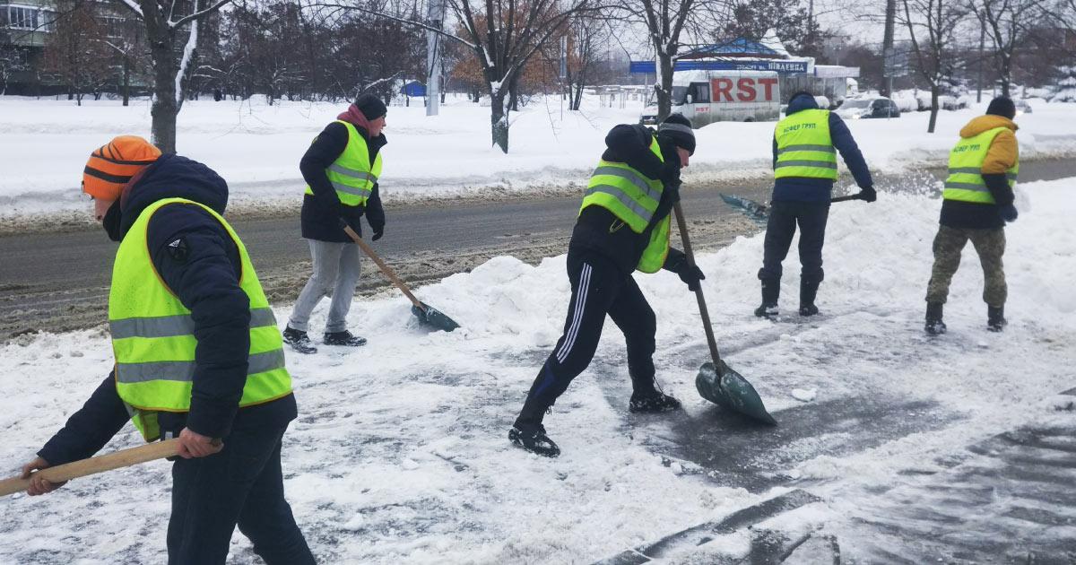 Двірники «Асфер груп», субпідрядника з Харкова, прибирають вулиці Полтави