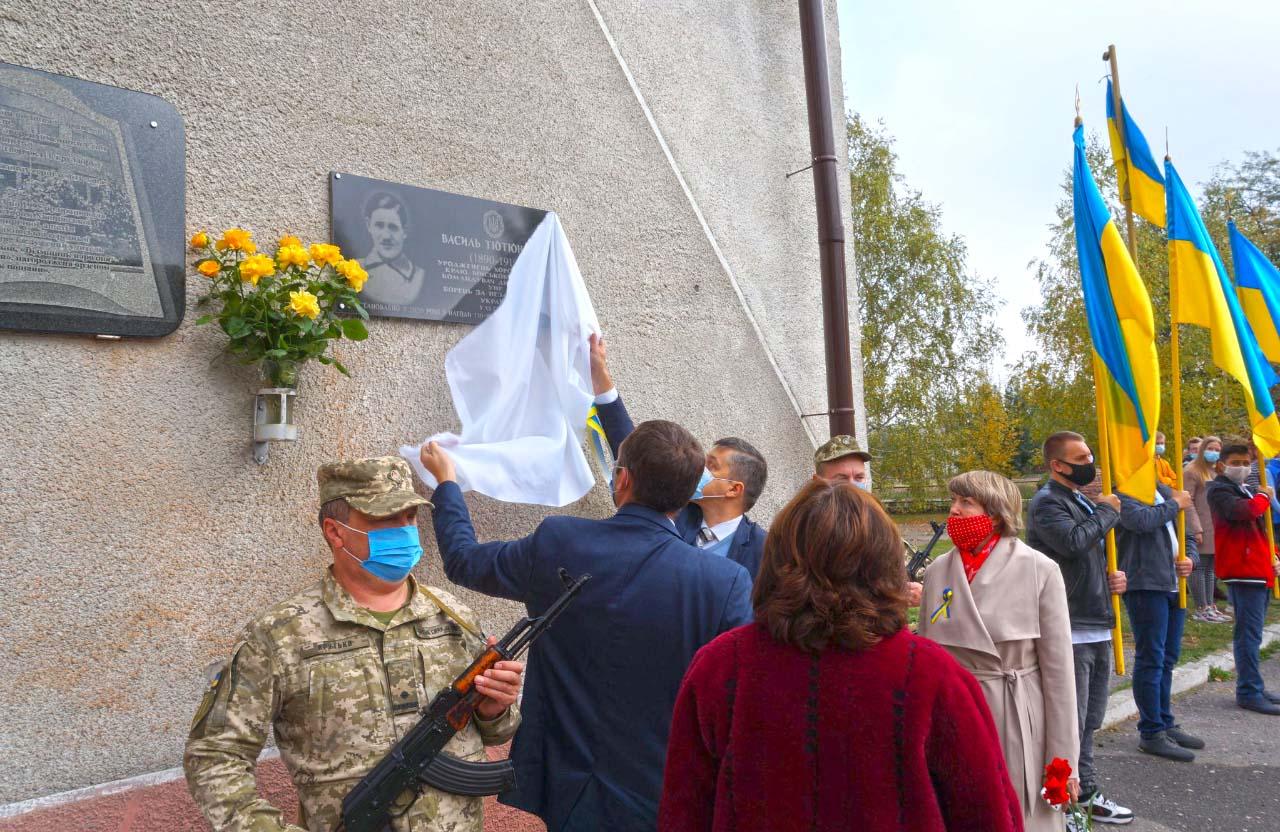 Меморіальну дошку відкривають Роман Гловацький і Олег Пустовгар