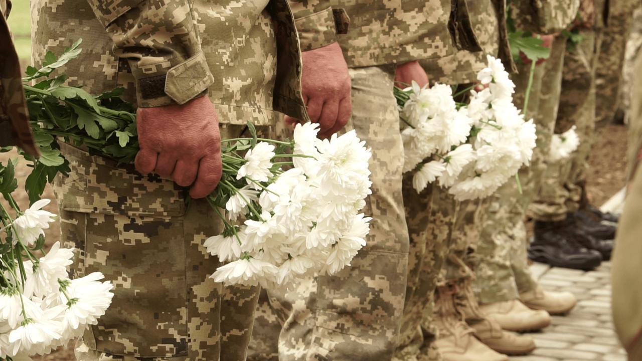 Небайдужі полтавці поклали квіти до стенду з іменами загиблих воїнів