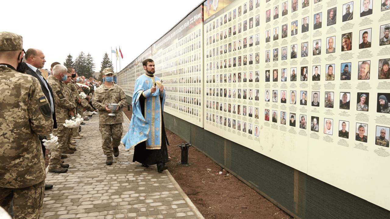 Після хвилини мовчання і спільної молитви Стіну пам'яті освятили священнослужителі