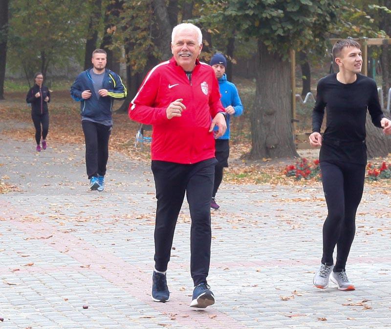 Сергій Іващенко, кандидат на посаду міського голови Полтави від партії «Слуга Народу» бігає у парку «Перемога»