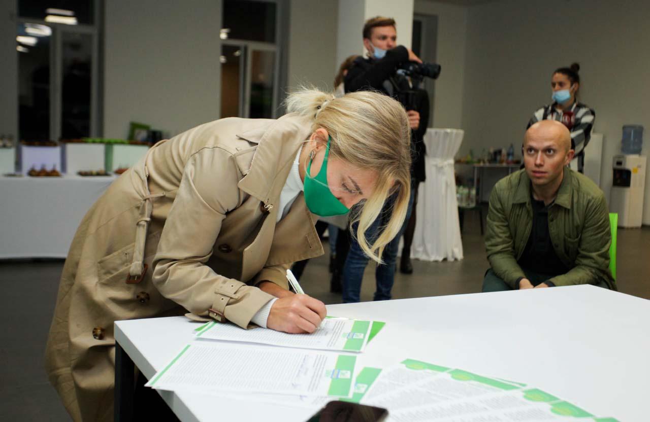Альона Гончаренко, кандидатка в депутати до Полтавської міської ради від партії «Слуга народу» підписує меморандум