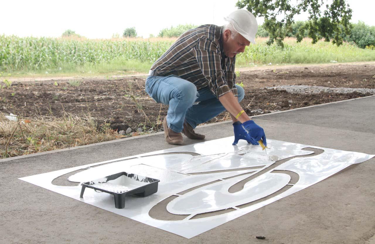 Сергій Іващенко малює розмітку на велодоріжці «Садового»