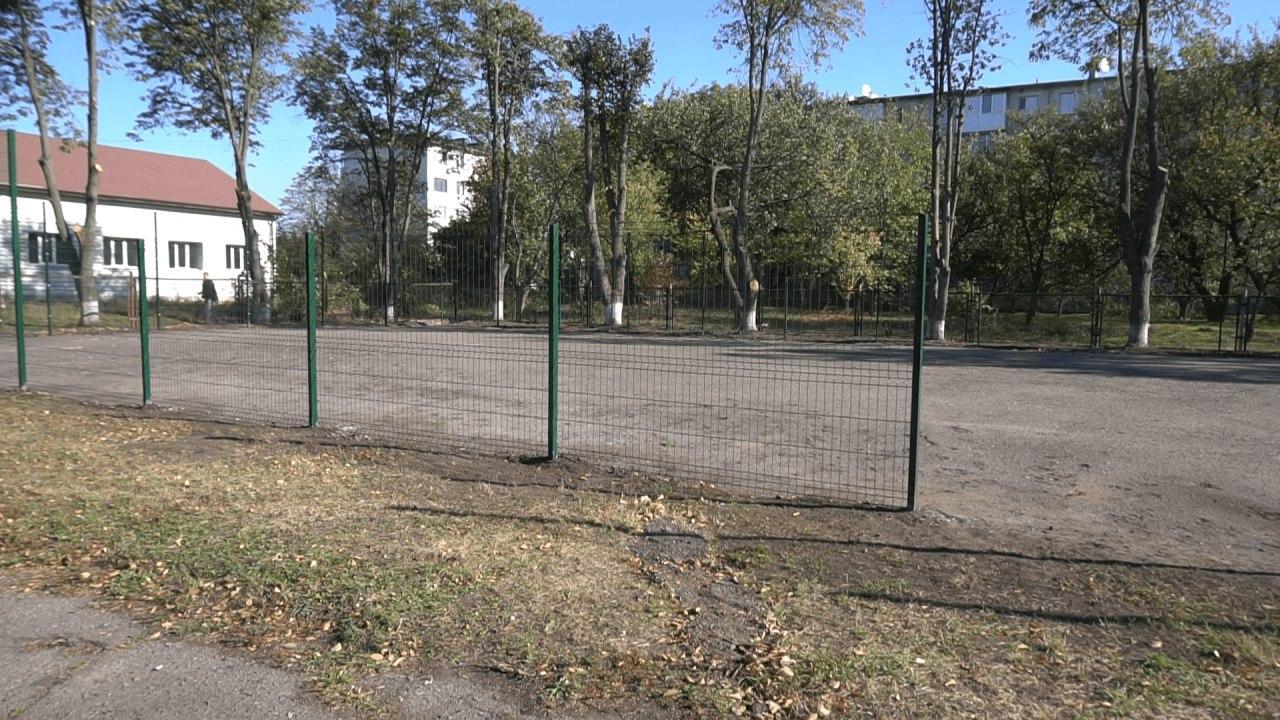 Школярі, вчителі та працівники цукрового заводу облаштовують тенісний корт