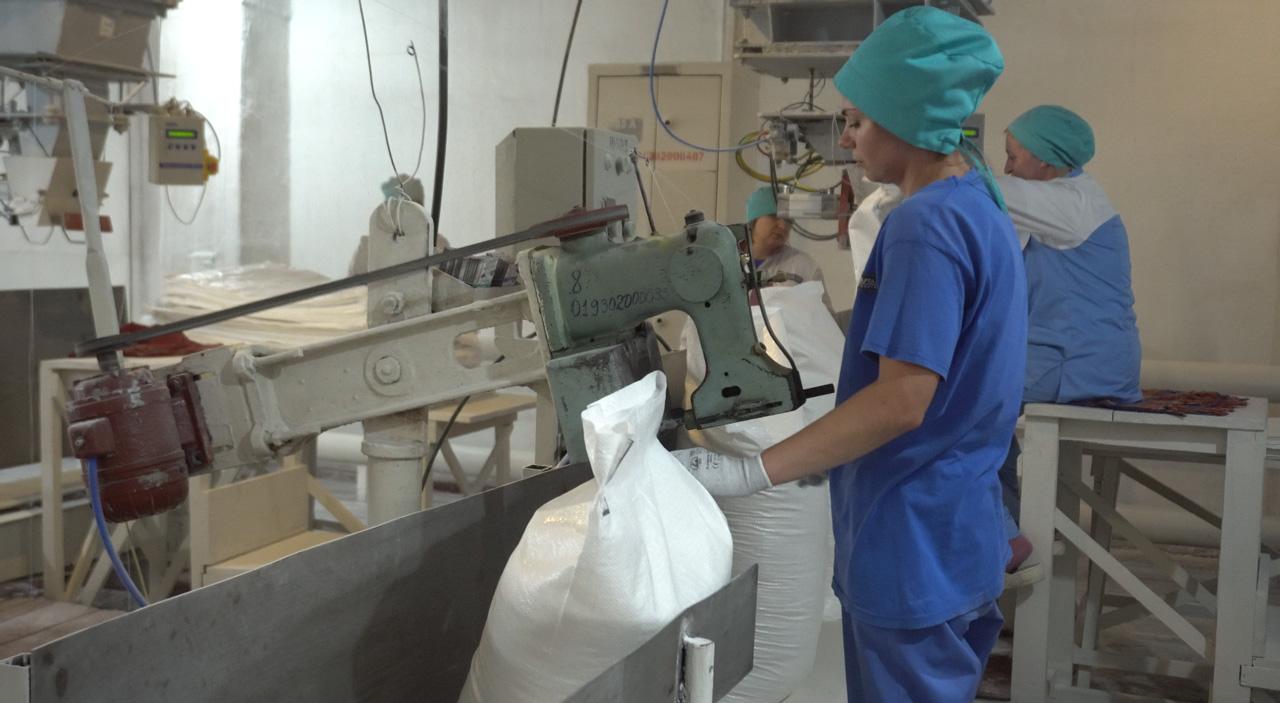 Пакувальниці готують цукор для транспортування замовникам
