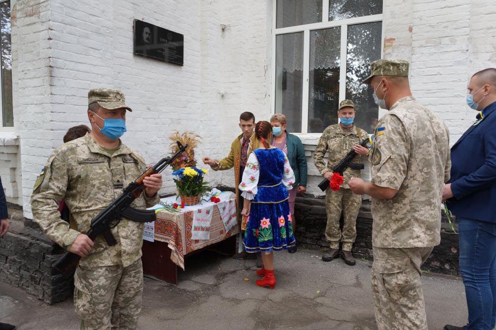 Квіти до місця памяті військовика УНР