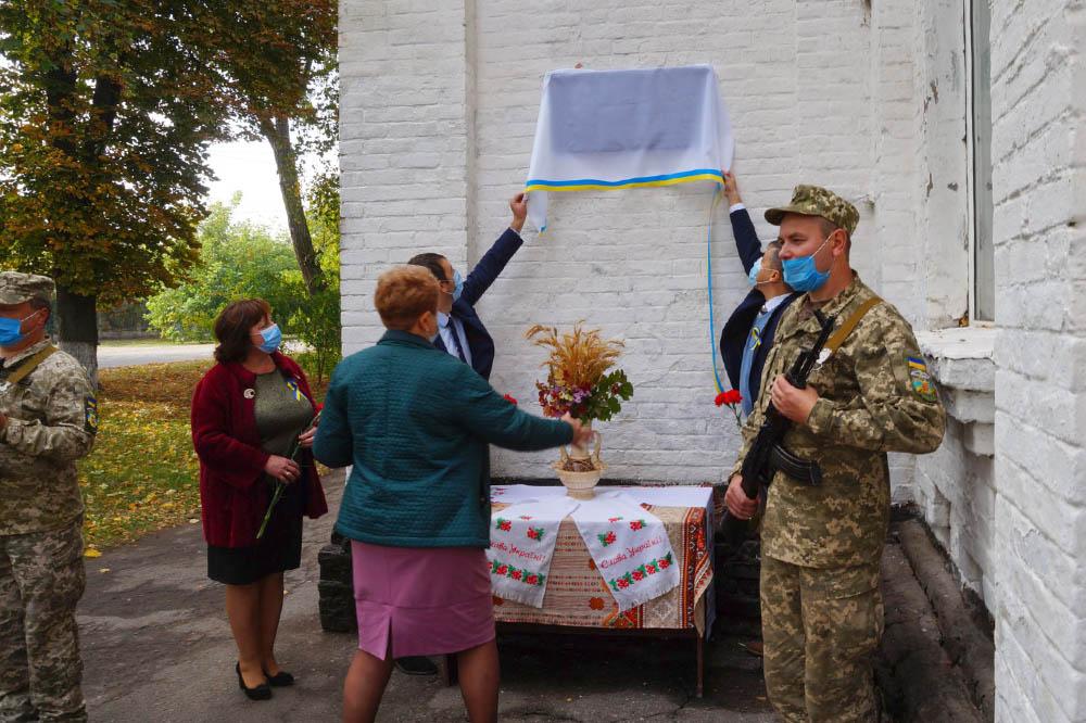 Почесне право відкрити дошку надали голові РДА Роману Гловацькому і представнику УІНП Олегу Пустовгару