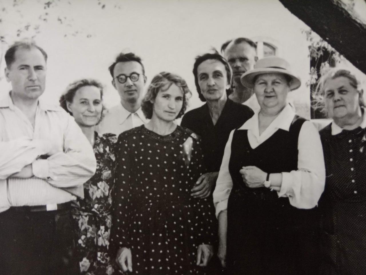 Зінаїди Аксентьєвої (у шляпі)