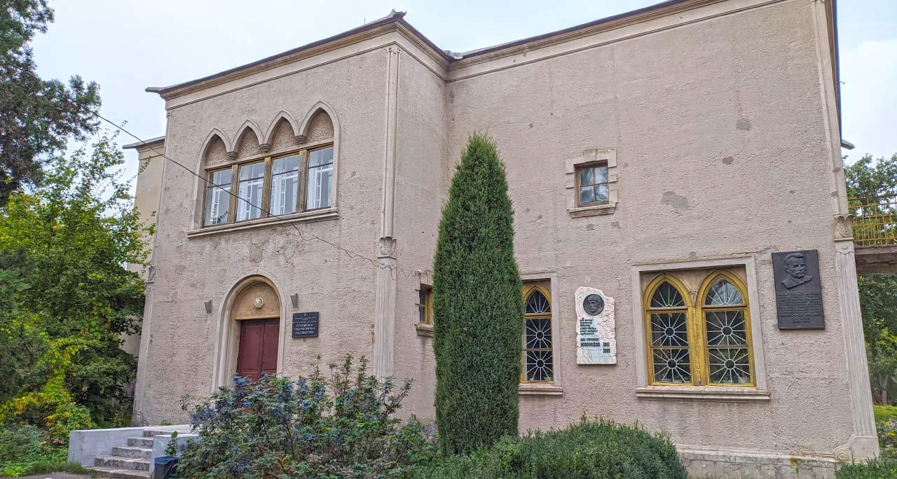 Один з корпусів Полтавської гравіметричної обсерваторія Інституту геофізики ім. С.І. Суботіна