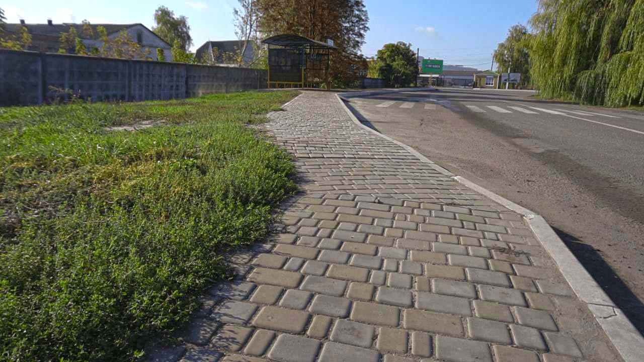 Зруйнований асфальт біля зупинки  замінили на тротуарну плитку