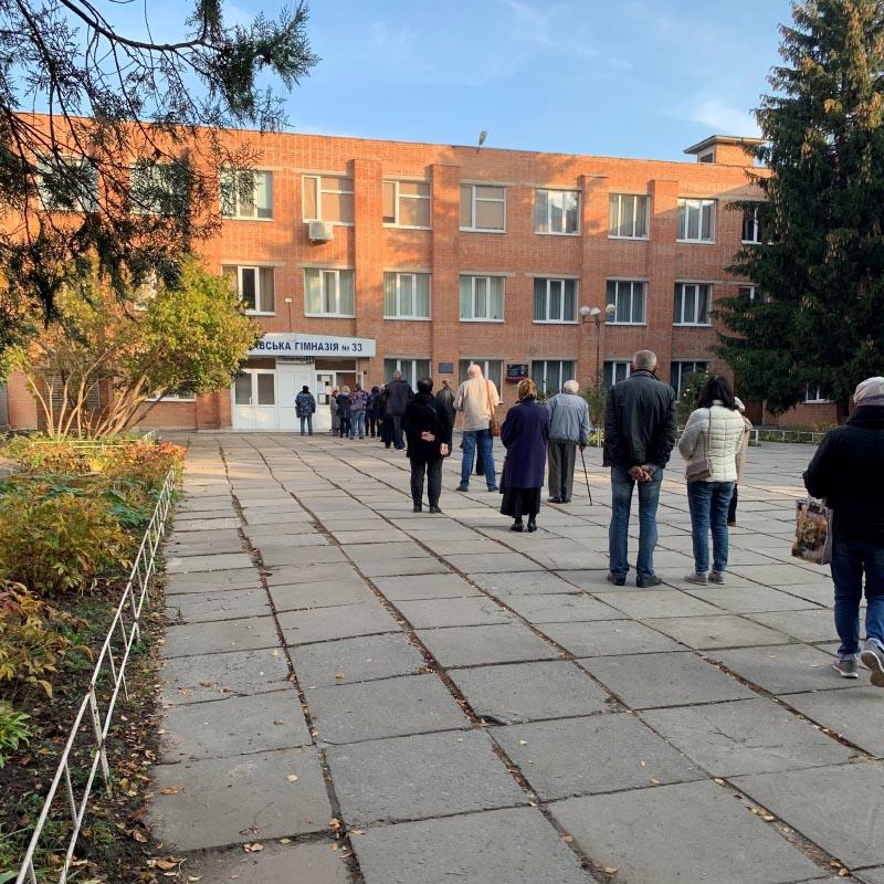 Черга на одну з виборчих дільниць Полтава