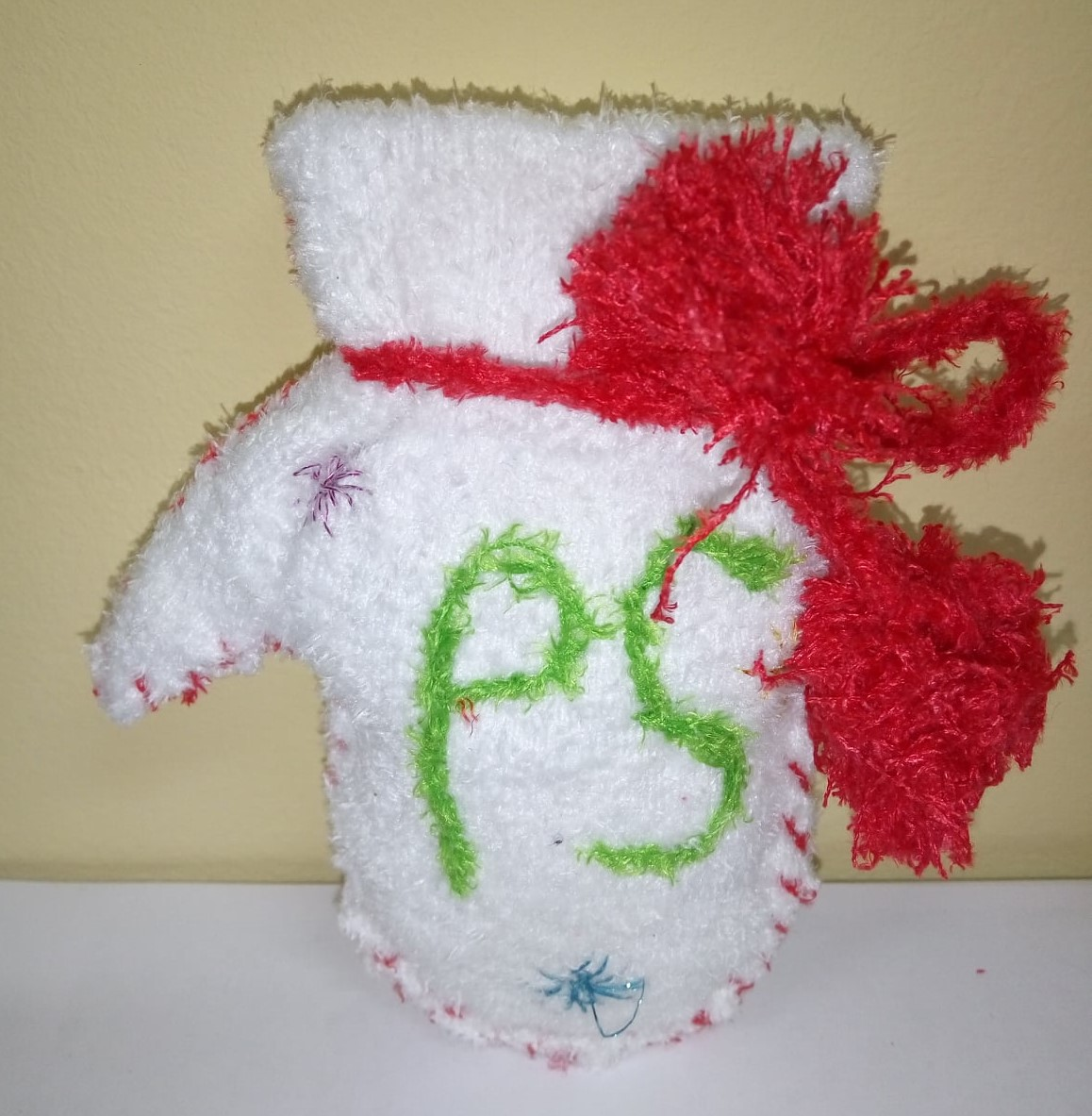 Прикраси створювали з пуху та частин шкарпеток