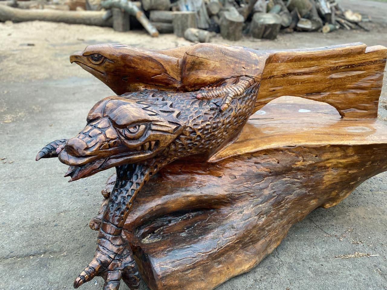 Декоративна дерев'яна лава з дуба, який впав у дендропарку